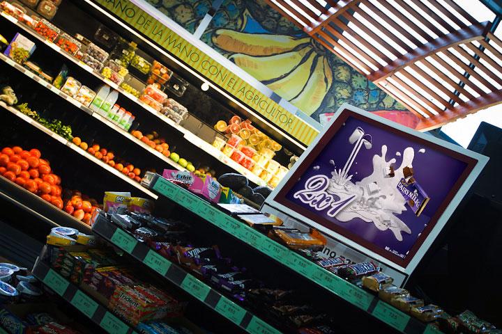 Pantallas publicitarias en supermercados